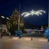 Weihnachtsbeleuchtung in Umkirch in der Morgendämmerung.