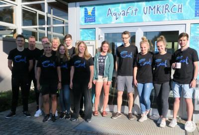 Trainer mit SchwimmGut-T-Shirt vor dem Bad
